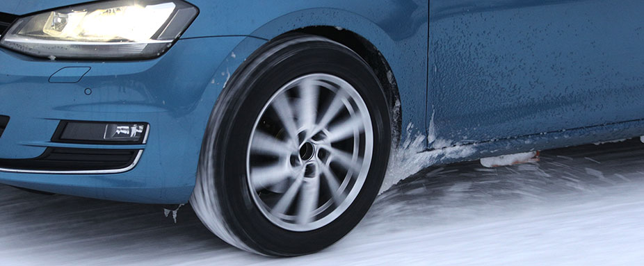 Un Volkswagen Golf circulando sobre la nieve durante el test de neumáticos de invierno de 2021 del ADAC y del TCS