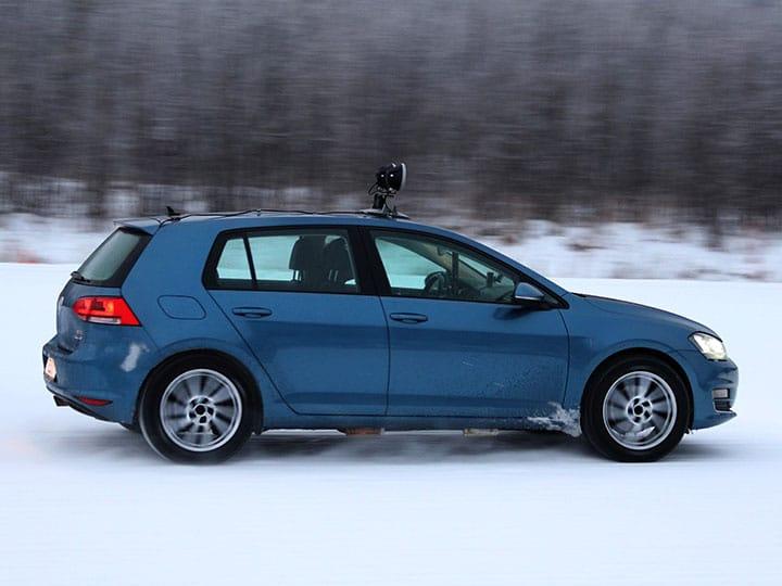 Un Volkswagen Golf toma una curva en una pista nevada en la prueba de neumáticos de invierno de 2021 del ADAC y del TCS