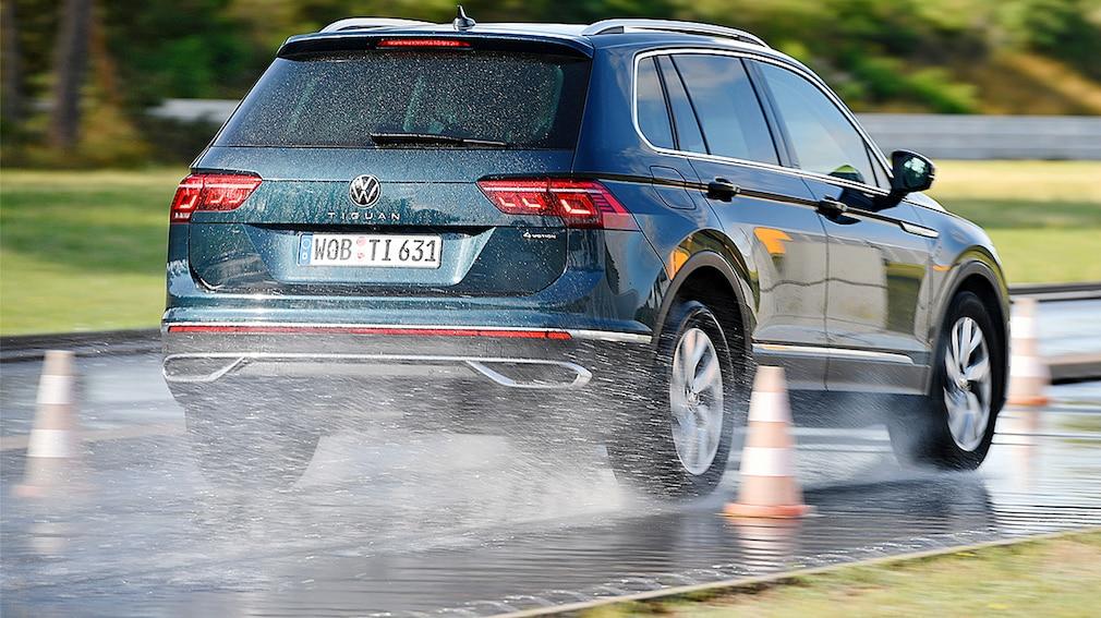 Volkswagen Tiguan frenando sobre suelo mojado durante el test de neumáticos para todas las estaciones de 2021 para SUV de Auto Bild