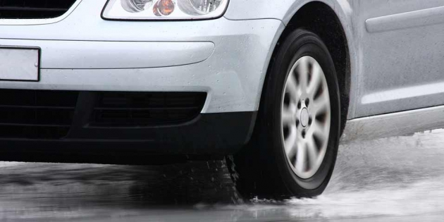 Aquaplaning: cómo circular por una carretera mojada